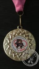 Berenjacht Medaille goudkleur met roze halslint